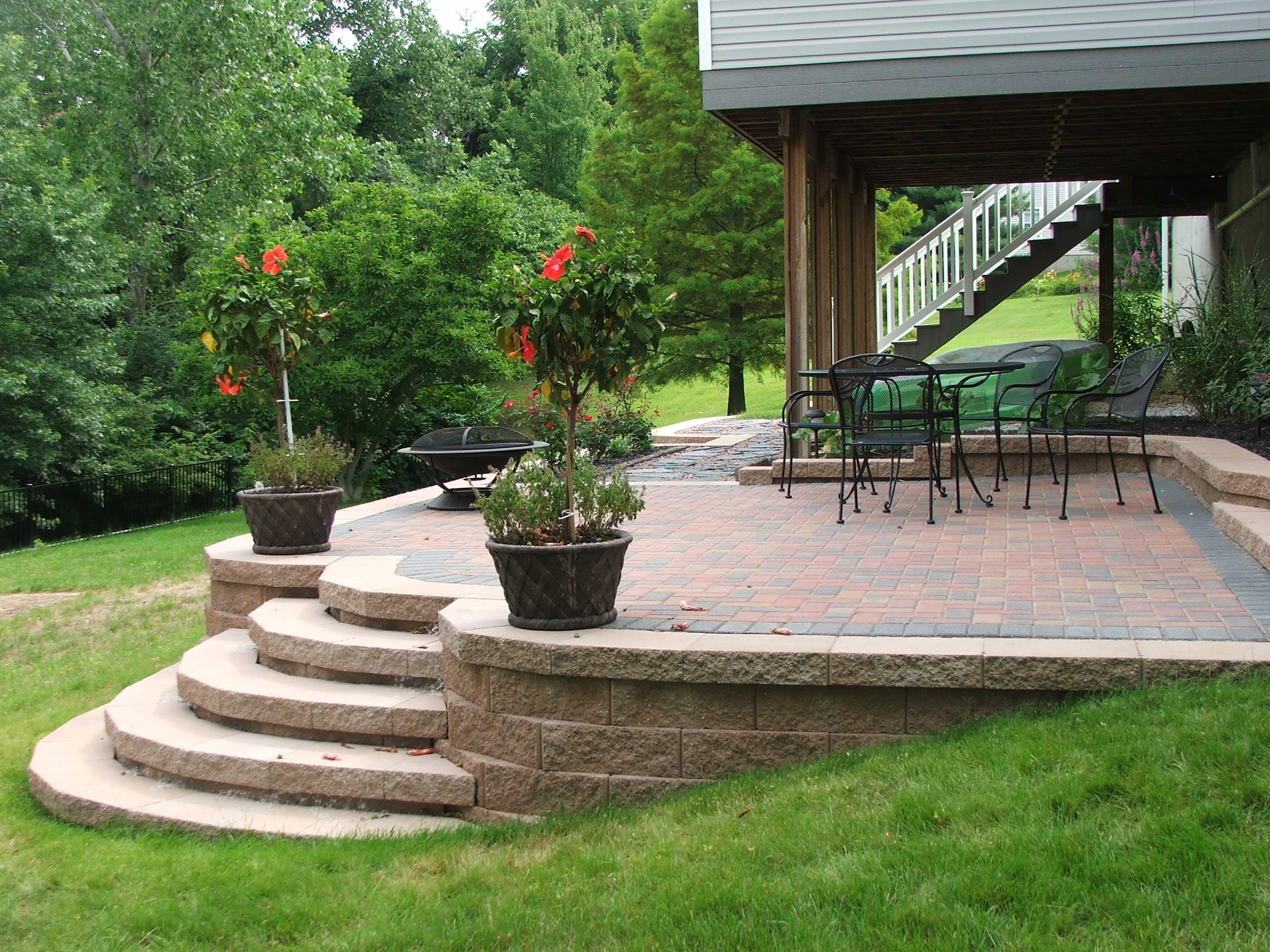 curved steps to paver patio this set of concrete retaining wall